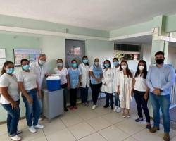 Profissionais da saúde da linha de frente contra à Covid-19 são vacinados